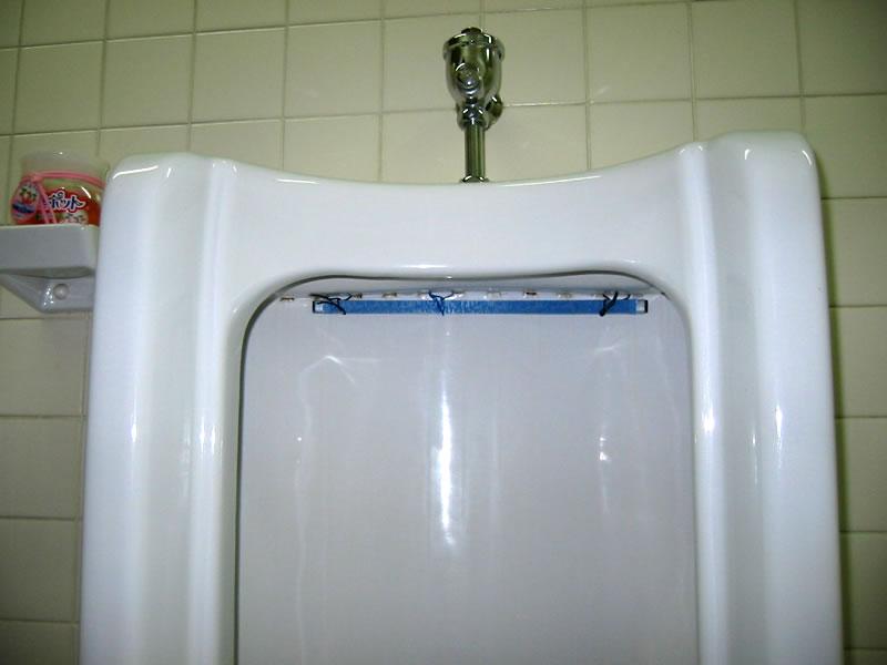便器の洗浄水排出口の前に青色のプレートを設置することで、水を流すたびにバイオの成分(微生物)が便器内および排水口にまで行き渡ります。