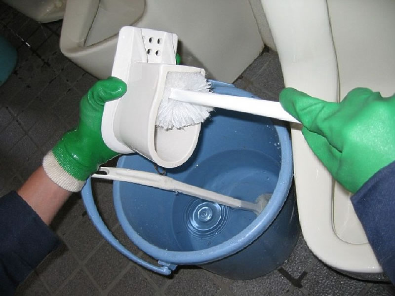 バイオの効果により尿石が固着しないため、毎日の清掃でトイレを清潔に保ち、ニオイの発生を防ぐことができます。バイオの効果により尿石が固着しないため、毎日の清掃でトイレを清潔に保ち、ニオイの発生を防ぐことができます。