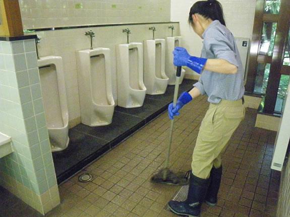 スタッフは通常ビジターセンター対応・木道管理など複数の業務を掛け持ちしており、効率よく勤務表を組んでトイレを回り、丁寧に清掃します。