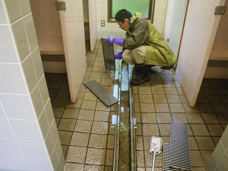 登山靴などからの泥汚れも多いため、排水口も定期的に、徹底的に清掃します。