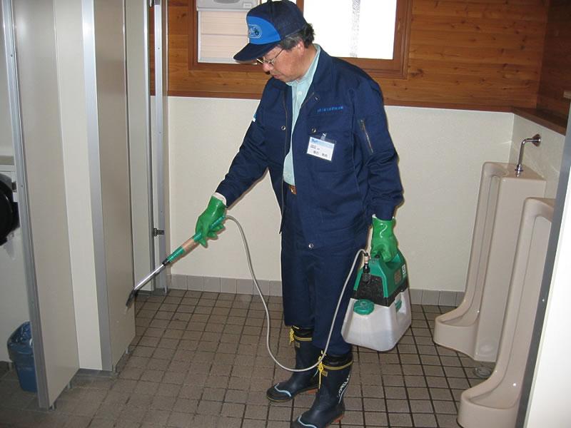 清掃の仕上げにバイオの含まれた水をトイレ全体に散布することで、尿石の固着とニオイの発生を予防します。